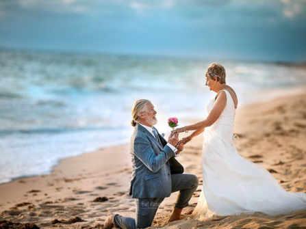 Bộ ảnh cưới của đôi vợ chồng già vẫn vẹn nguyên lãng mạn sau nửa bão giông cuộc đời