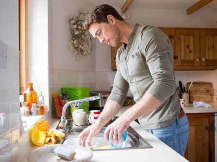 Bố bạn gái sai chàng trai xuống bếp rửa bát và bài học sâu sắc không ngờ
