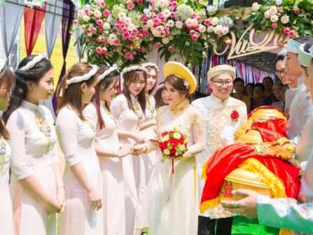 Những mẫu trang phục bê tráp đẹp cho cả nam và nữ trong đám hỏi, đám cưới