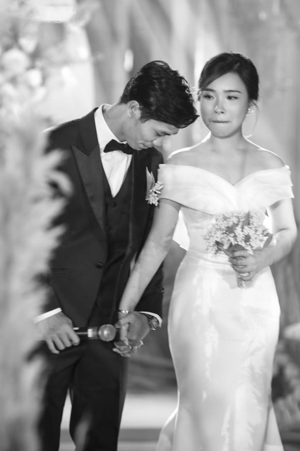 Chú rể Công Phượng và cô dâu Viên Minh xúc động trong ngày lễ