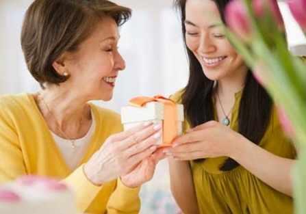 Quà tặng lấy lòng mẹ chồng cho ngày đầu tiên ra mắt