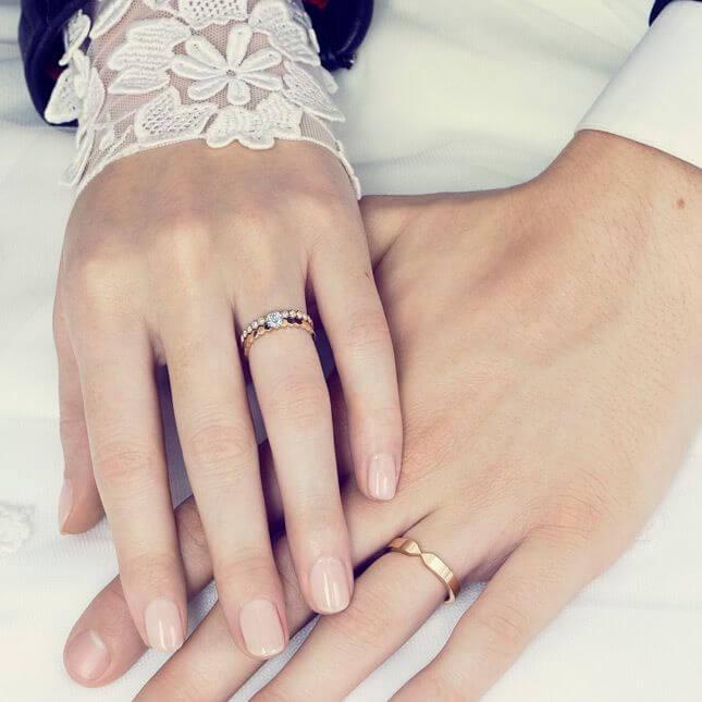 Đa số các cặp đôi tiến đến hôn nhân đều có xu hướng đeo nhẫn cưới ở ngón áp út, bàn tay trái Marry