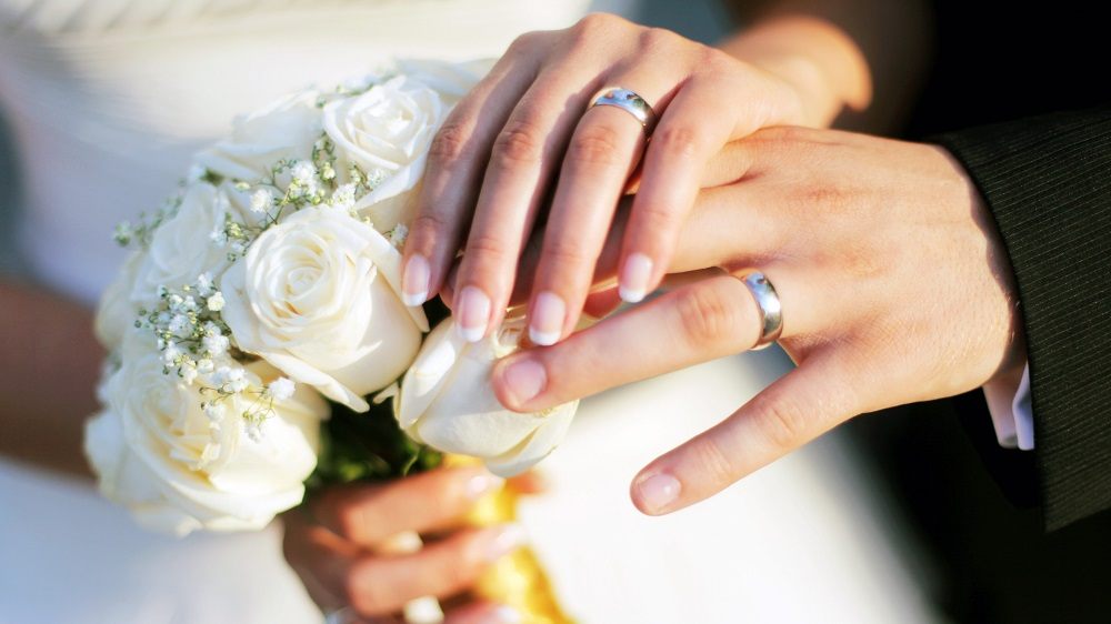Nam giới nên đeo nhẫn cưới ở vị trí tay ngón áp út nhưng đeo ở vị trí bên bàn tay trái Marry