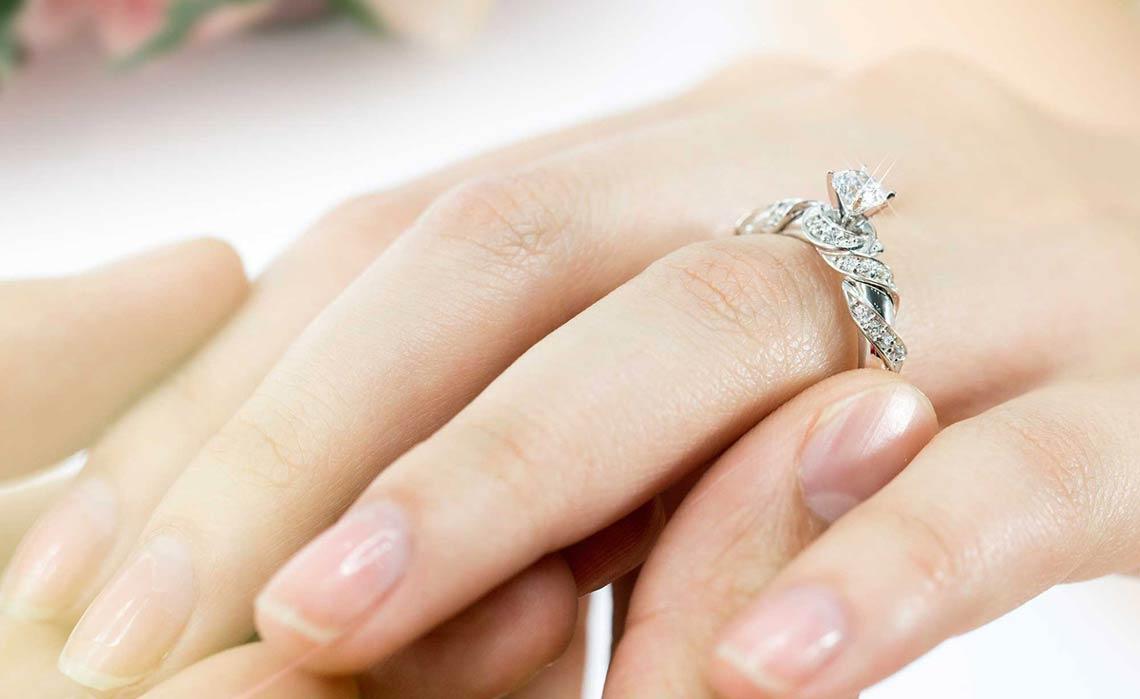 Nữ giới nên đeo nhẫn cưới ở vị trí ngón tay áp út và đeo bàn tay phía bên phải Marry