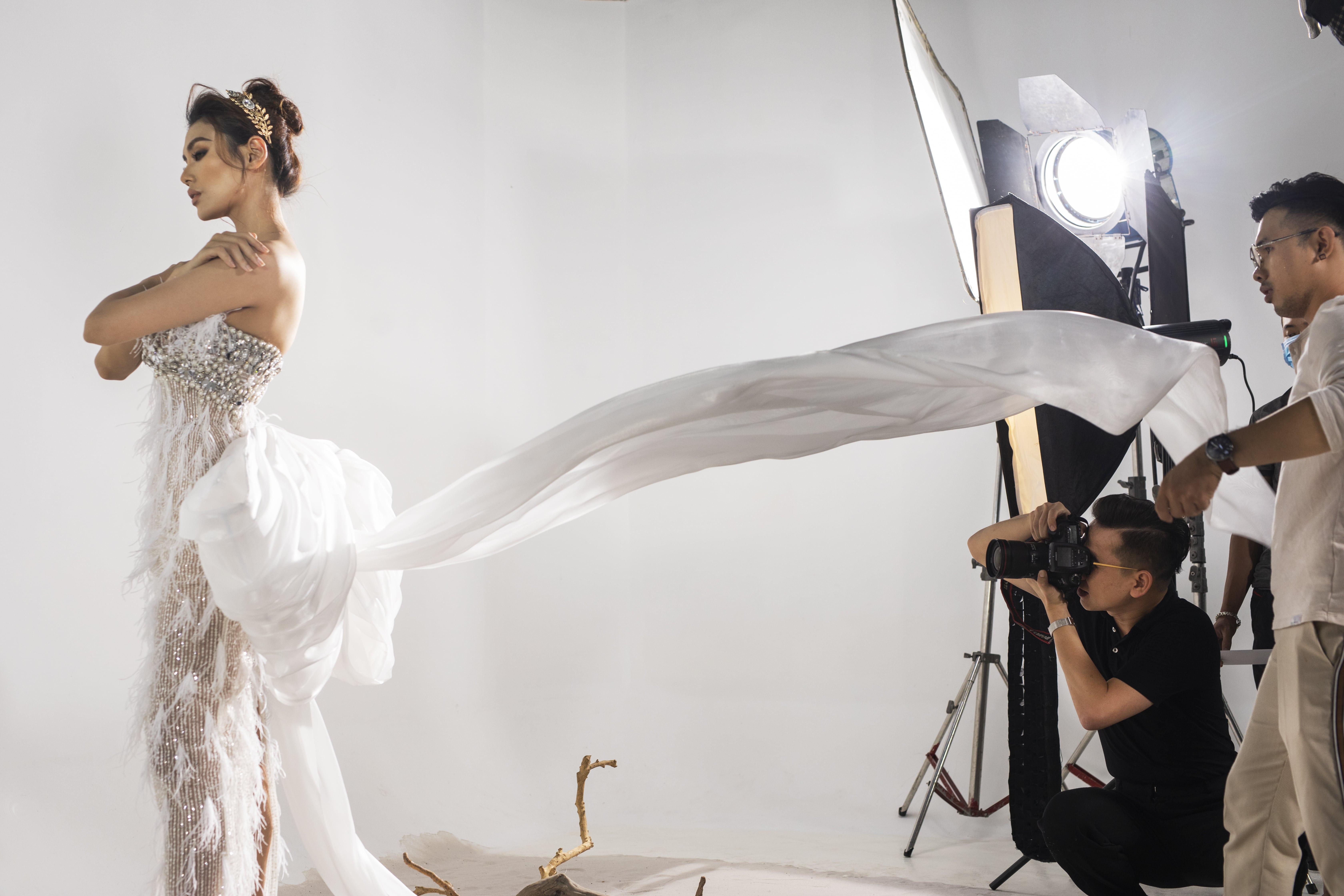Hậu trường chụp ảnh: Những hình ảnh đầu tiên của bộ sưu tập váy cưới độc quyền cùng siêu mẫu Võ Hoàng Yến Marry