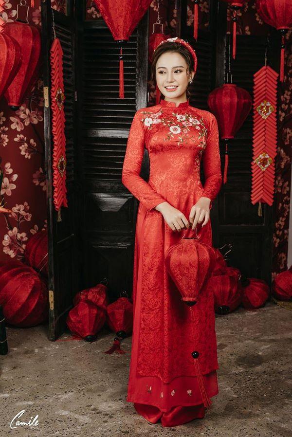 Mẫu áo dài cưới lụa đỏ thêu hoa Marry