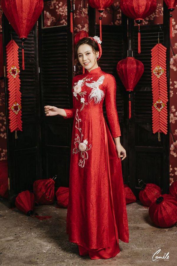 Mẫu áo dài cưới màu đỏ họa tiết hoa và chim 2 Marry