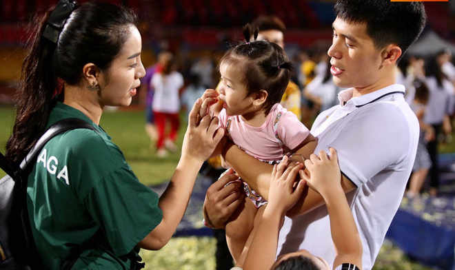 Hot: Bùi Tiến Dũng hôn Khánh Linh say đắm trước hàng nghìn khán giả Marry