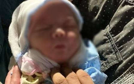 """Hà Nội: Bé gái sơ sinh bị bỏ rơi trong thùng rác kèm lời nhắn """"con khổ quá con không nuôi được"""""""