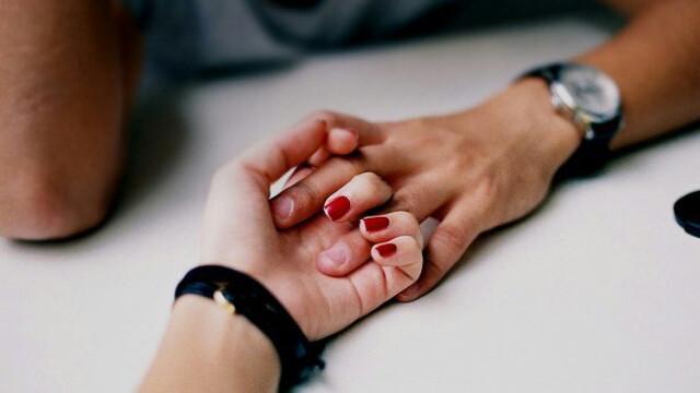 Nỗi tự ti của người có mồ hôi tay: Đến tay người yêu còn không dám nắm... Marry