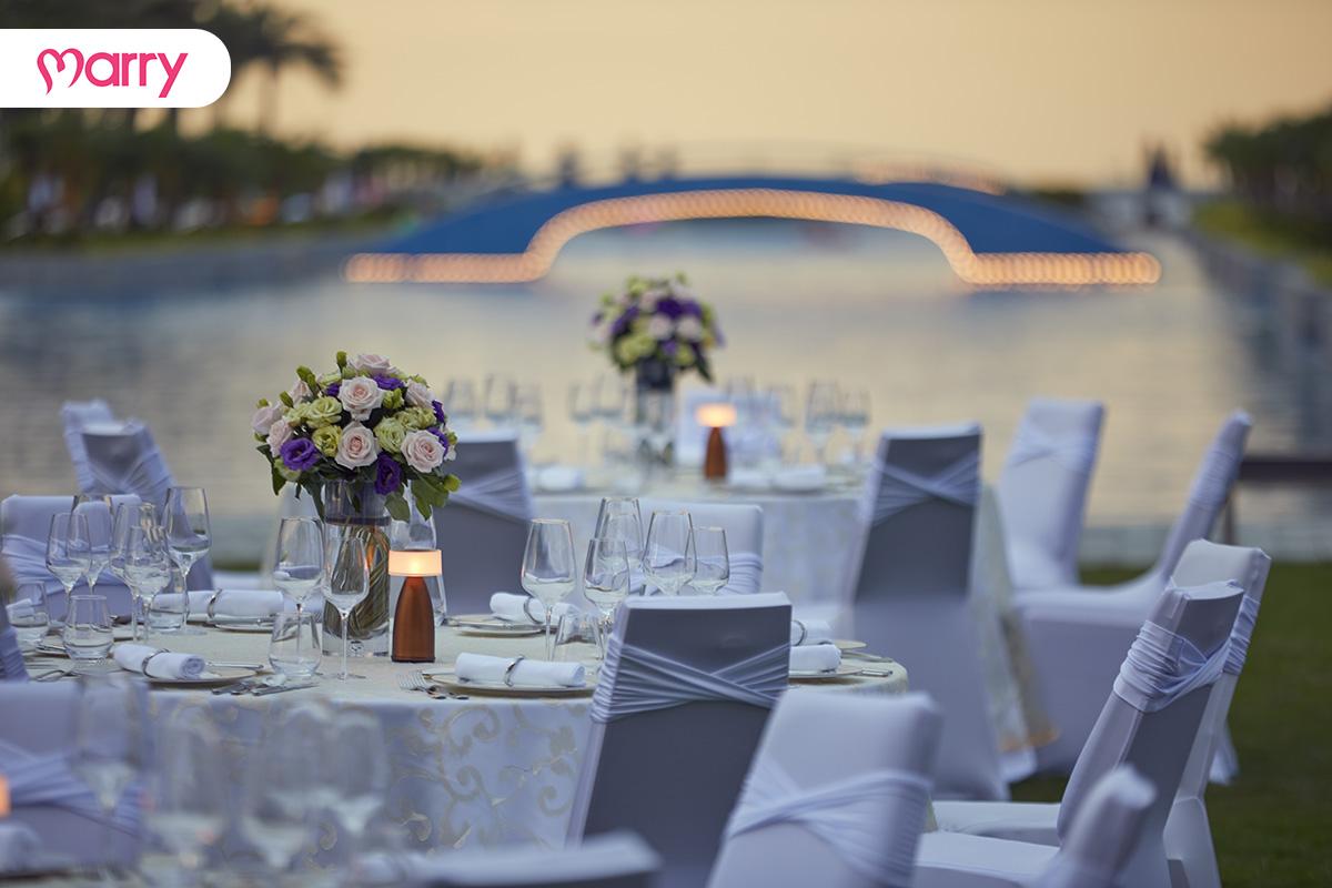 Set up bàn tiệc ngoài trời của Sheraton Grand Danang Resort