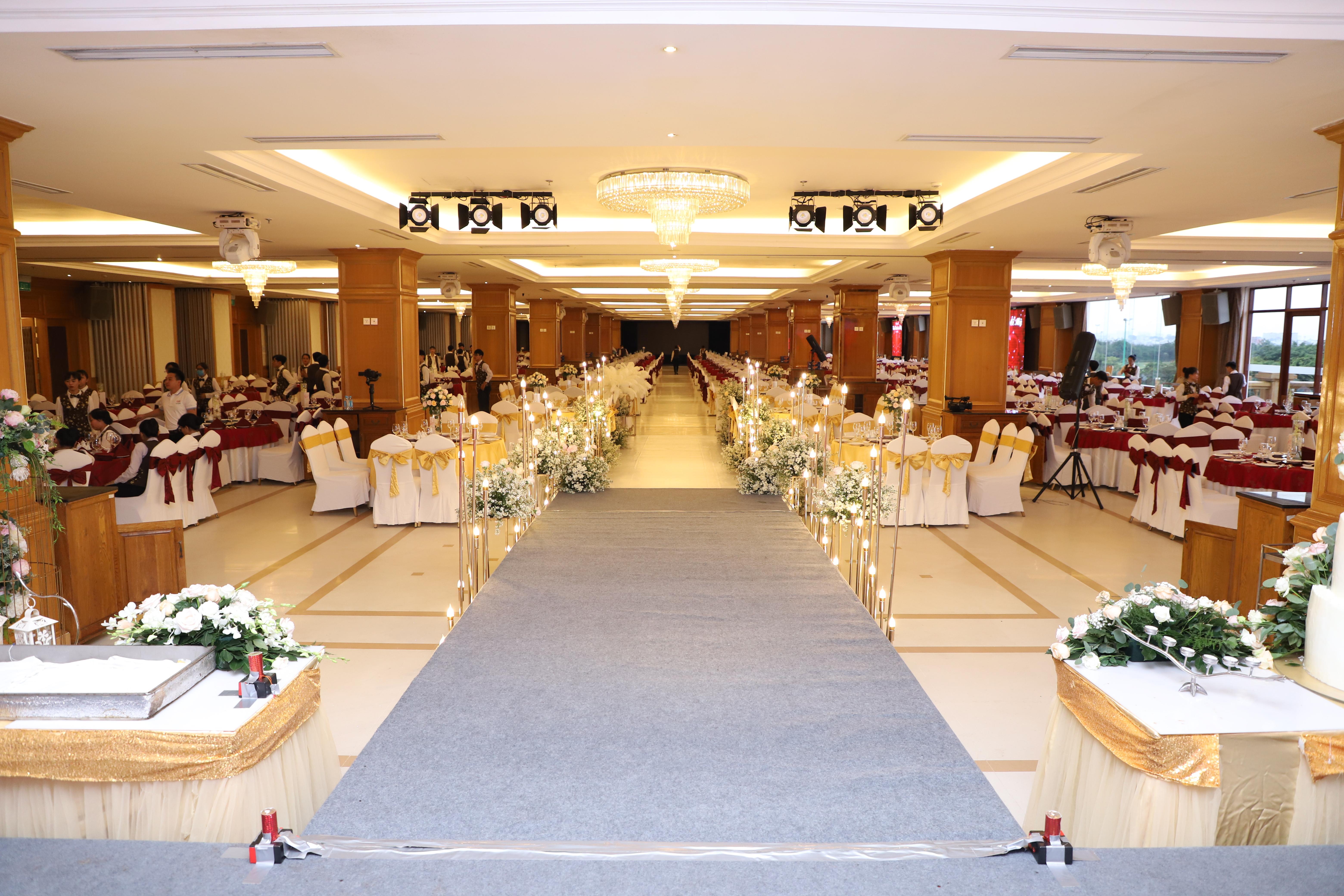 Trung tâm Hội nghị - Tiệc cưới Long Biên Palace: Nhà hàng duy nhất nằm trong sân golf