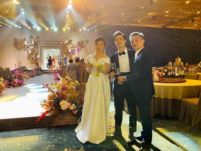 """Khoảnh khắc Viên Minh """"xả vai"""" cô dâu, ngồi bệt xuống cạnh Công Phượng Marry"""